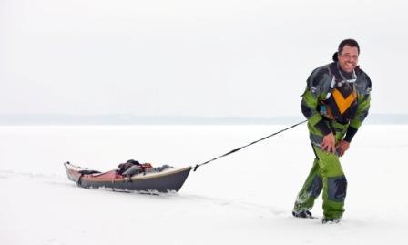 Erik Jörgensen drar Arrow Play kajak över isen