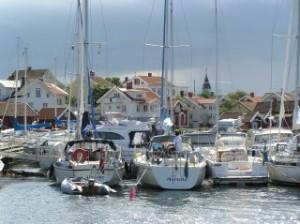 Käringön sommartid - tätt mellan hus och båtar.