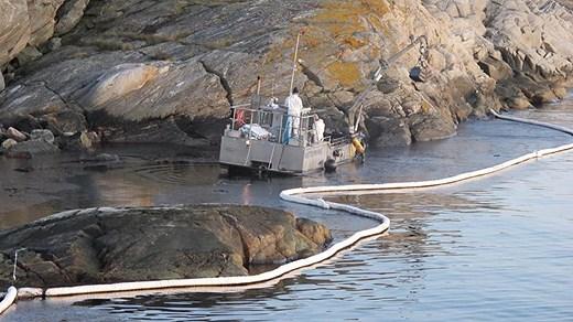 Strandbekämpare skopar upp olja i Tjörns skärgård. Foto Kustbevakningen