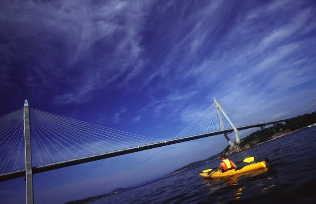 Paddling Uddevallabron. Foto Joakim Hermanson, Upplevelsebolaget.