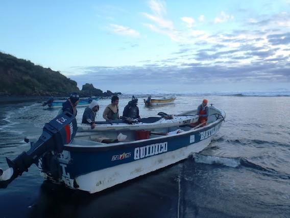 Fiskebåt som sjösättningshjälp. Photo Freya Hoffmeister