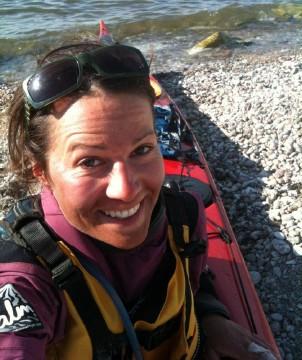 Ulrika Larsson i mål efter paddling Gotland Runt