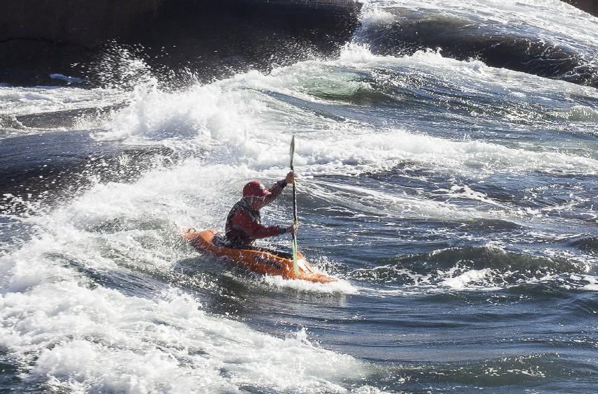 kajak surfar vågor i Stångehuvud. Foto: Lennart Hård