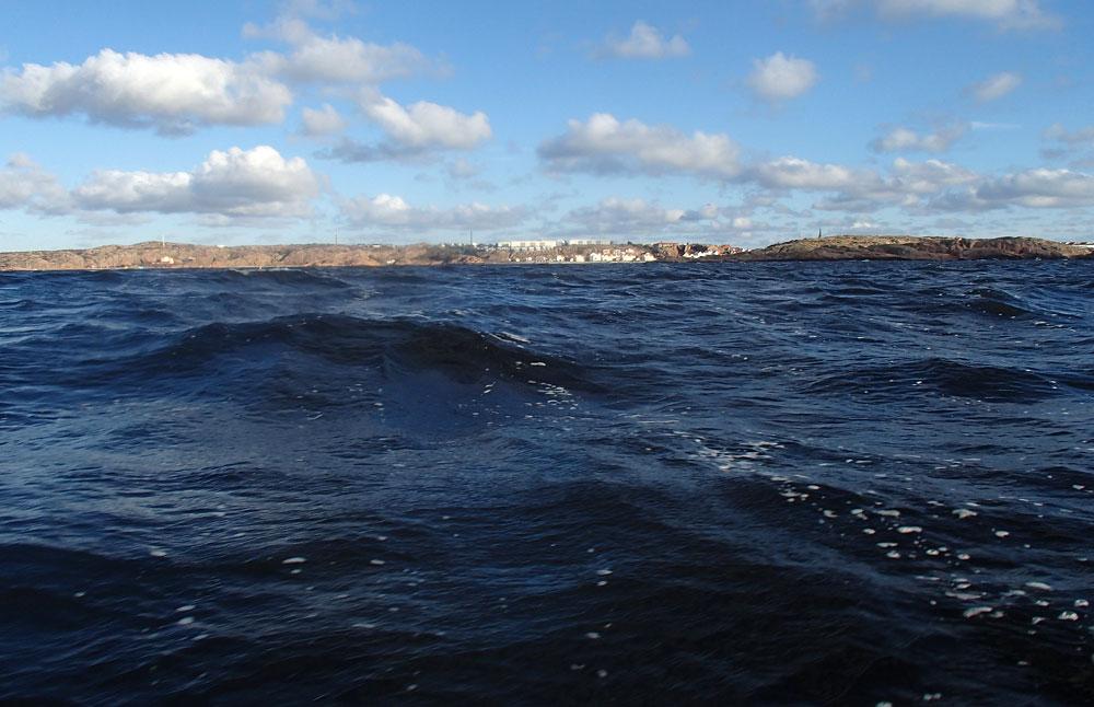Vågor fotograferade från kajak 9 m/s